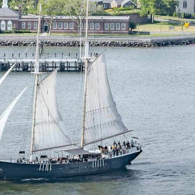 Passeio de barco em Nova York:  Veja a Estátua da Liberdade do veleiro