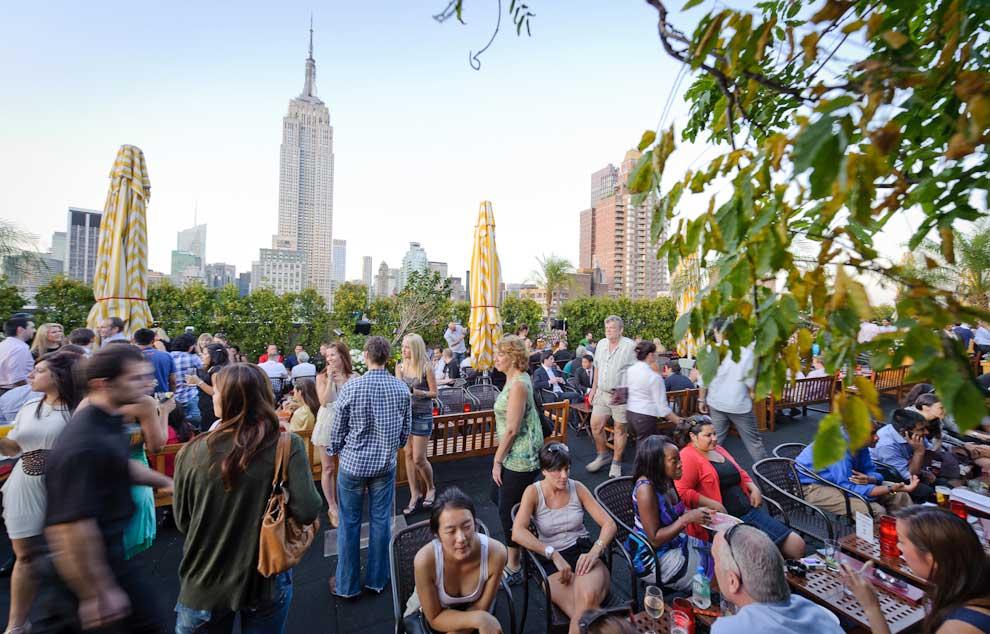 O bar 230 Fifth é muito popular, especialmente nos meses de verão