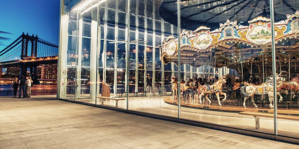 Jane's Carousel no Brooklyn Bridge Park em Nova York